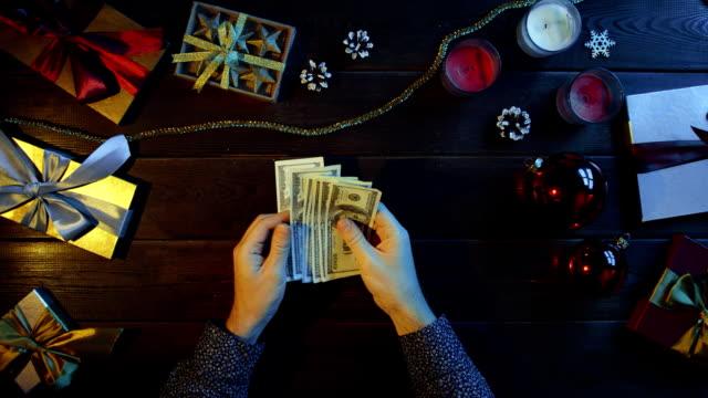成人男性の新年装飾デスク、ショットをトップダウンでの現金お金をカウントします。 ビデオ