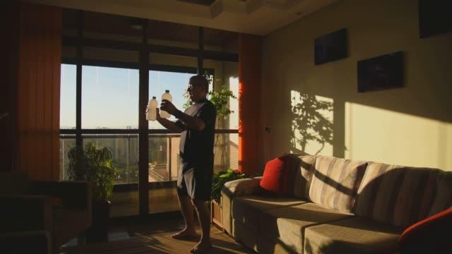 vuxen man gör fysisk träning hemma - rådig bildbanksvideor och videomaterial från bakom kulisserna