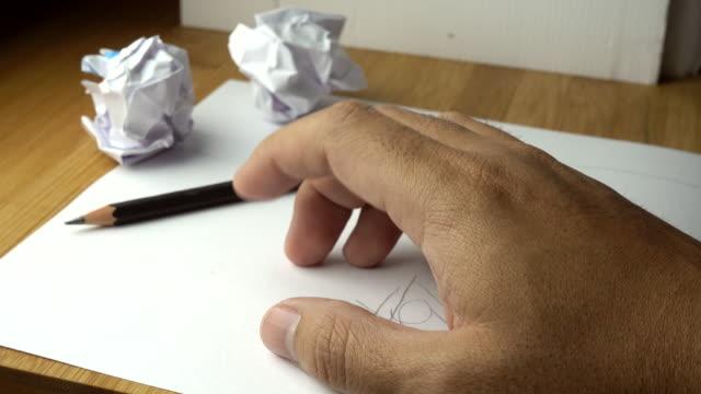 vuxen man hand finger tapping på bordet när inga idéer med skrynkliga papper, väntar på idén - blyertspenna bildbanksvideor och videomaterial från bakom kulisserna
