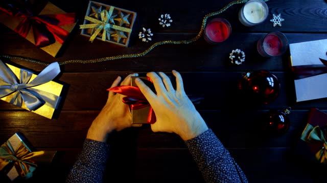 成人男性が開きショット トップダウンに疑問符を持つ棒のノート、新年プレゼント ビデオ