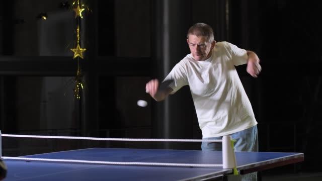 卓球をしている脳性麻痺の成人男性 - disabilitycollection点の映像素材/bロール