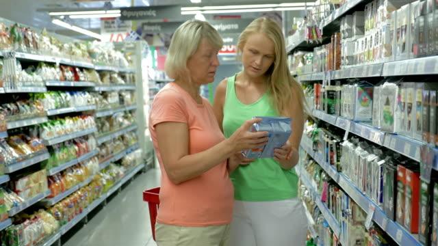 Adulto Madre e hija en la tienda de alimentos - vídeo