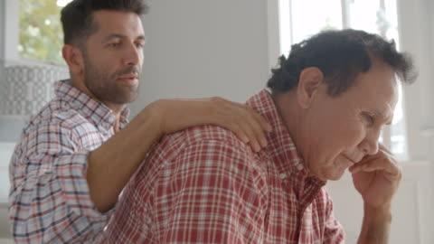 vídeos de stock e filmes b-roll de adulto filho melodia deprimido pai - cuidado