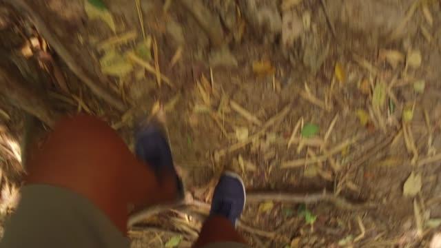 erwachsene laufen den boden hinunter. - mittelstufenlehrer stock-videos und b-roll-filmmaterial