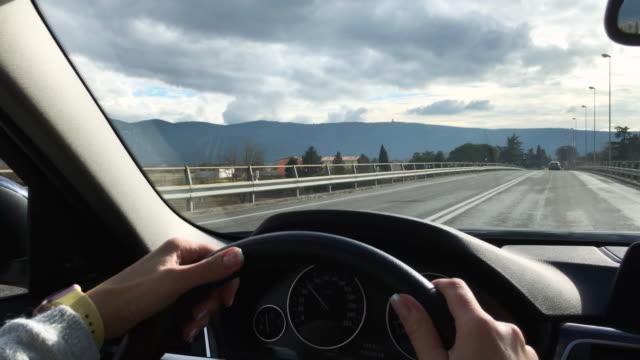 vidéos et rushes de femme adulte, conduire une voiture sur l'autoroute - pare brise
