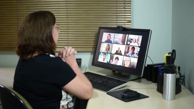 stockvideo's en b-roll-footage met volwassen vrouw op conference call die met vrienden ruzie maakt, duimen omhoog en o.k. tekens maakt - corona scherm