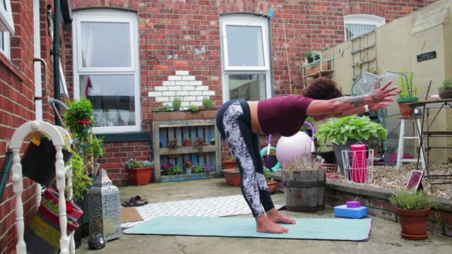 advanced yoga routine - auricolari wireless video stock e b–roll