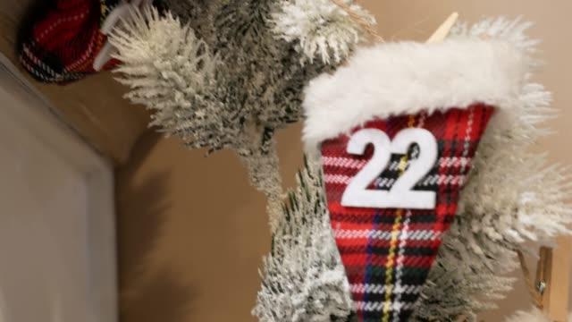 adventskalender mit handschuh mit überraschung für jeden tag. - advent stock-videos und b-roll-filmmaterial