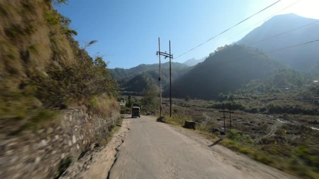 アスファルト道路を通ってネパールの田舎の山を横断する冒険ロードトリップ、バイクの旅旅行 - ネパール点の映像素材/bロール