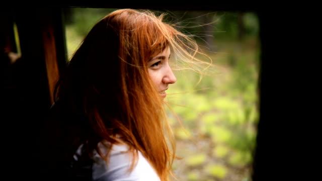 vidéos et rushes de voyage d'aventure en train - cheveux dans le vent