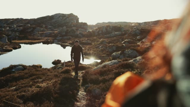 adventures of a man hiking on the mountain - fiordo video stock e b–roll