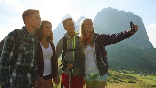 vídeos de stock, filmes e b-roll de aventuras em dolomitas: um selfie junto - 16 17 anos