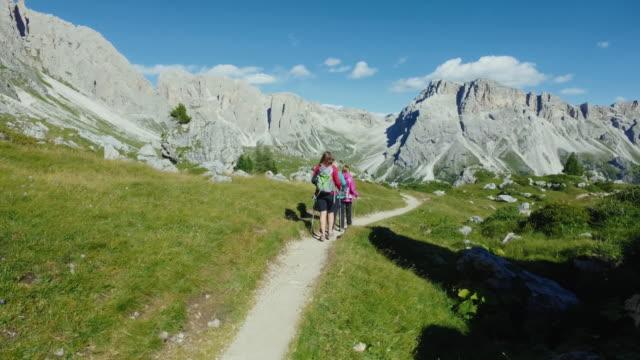 adventures on the dolomites: group of women together - obiekt światowego dziedzictwa unesco filmów i materiałów b-roll