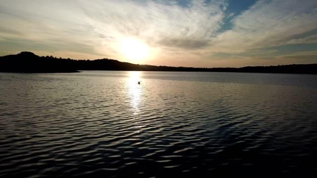 호수에 얕은 모험 몇 - 속 편함 스톡 비디오 및 b-롤 화면