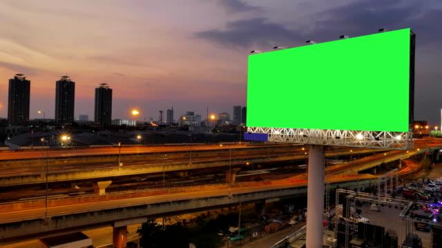 vídeos y material grabado en eventos de stock de billboard publicidad en autopista en bangkok, tailandia. lapso de tiempo. - póster