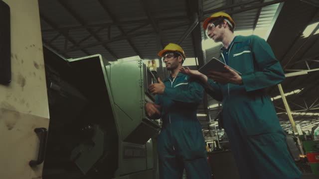 働く産業労働者にアドバイス - 制服点の映像素材/bロール