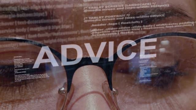 vídeos de stock, filmes e b-roll de texto do conselho no fundo do colaborador fêmea - assistente jurídico
