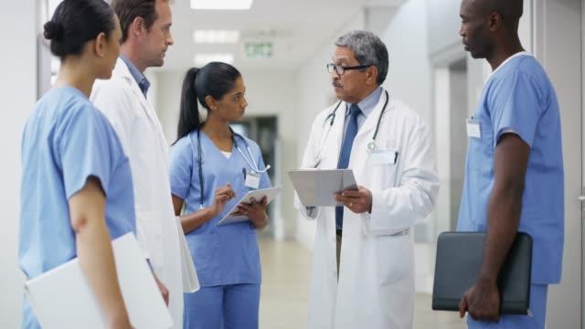 ge sitt team råd om specifika krav - vårdklinik bildbanksvideor och videomaterial från bakom kulisserna