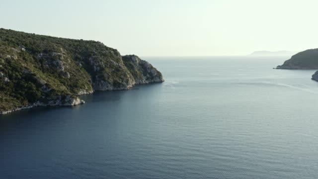 aeirla utsikt över natursköna klippklippan i havet. - egeiska havet bildbanksvideor och videomaterial från bakom kulisserna