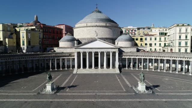 vídeos y material grabado en eventos de stock de vista real de nápoles y la plaza plebiscito. 4k - drone footage