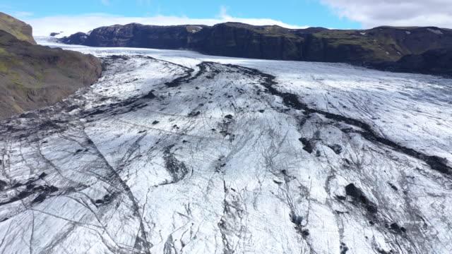 aerial 4k drone hög vinkel utsikt över smältande solheimajokull glaciären på island. klimatförändringar, smältande glaciärer, global warming koncept - utdöd bildbanksvideor och videomaterial från bakom kulisserna