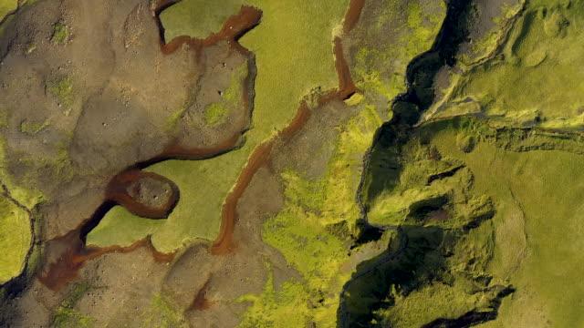 aerial 4k drönarvy över lavaflödena och grön mossa av eyjafjallajokull vulkan på island - torv bildbanksvideor och videomaterial från bakom kulisserna