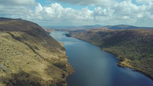 aerial 4k footage of beautiful lake in mountains. glenveagh national park in ireland - riserva naturale parco nazionale video stock e b–roll