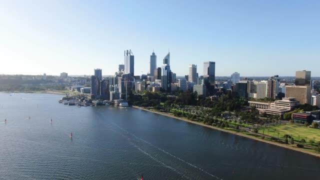 西オーストラリア州パース市の空中 4 k パノラマドローンの映像は、スワン川上空を飛んでいます。ラングレーパーク手前パースは、wa の首都です。 - オーストラリア点の映像素材/bロール