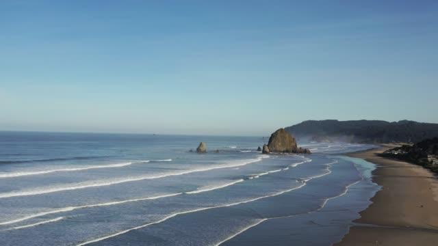 cannon beach ve haystack rock of aerial 4k shot - mountain top stok videoları ve detay görüntü çekimi