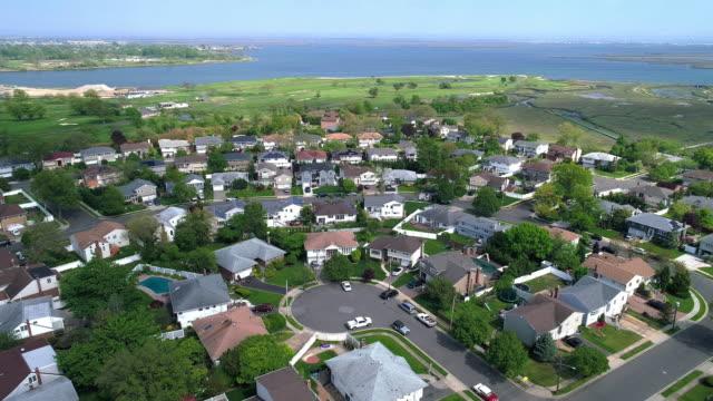 stockvideo's en b-roll-footage met luchtfoto 4k uhd video van oceanside, queens, new york city - baai