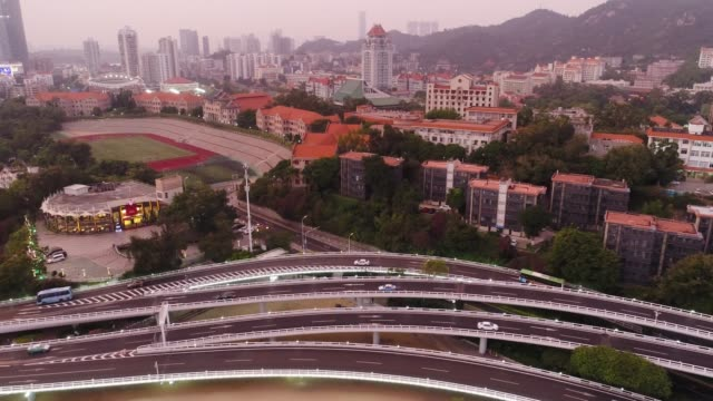 antenn över utsikt över xiamen china cityscape vid skymningen - xiamen bildbanksvideor och videomaterial från bakom kulisserna