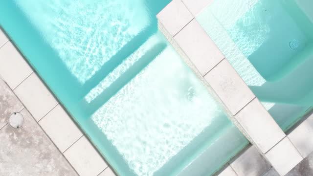 воздушный аннотация водопада и ступеней плавательного бассейна - элемент здания стоковые видео и кадры b-roll