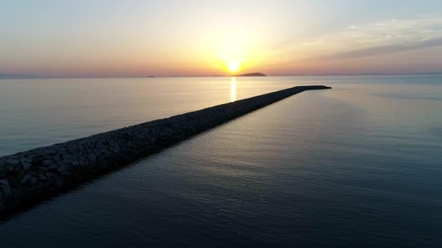 石の防波堤の空中アドバンス ビュー - 土手点の映像素材/bロール