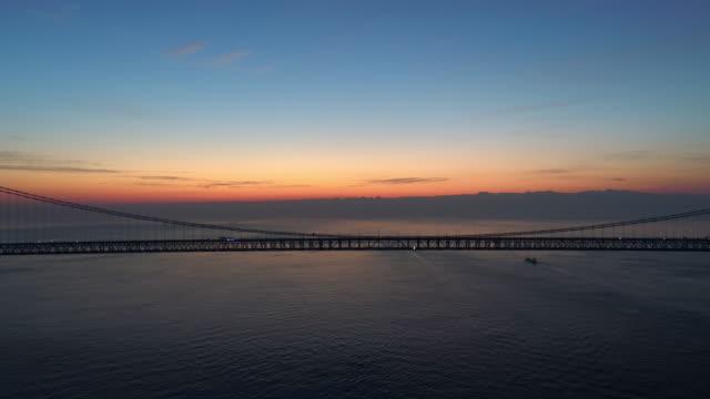 vídeos de stock, filmes e b-roll de antena - akashi kaikyo bridge na panela para enrijecimento manhã brilho - estreito mar