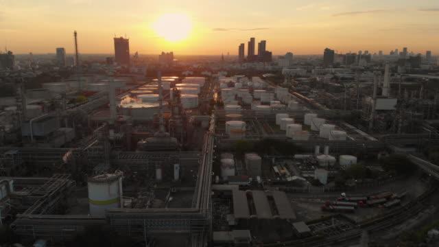 石油精製所におけるオイル貯蔵タンクの空中およびドリーフォワード - 気体点の映像素材/bロール