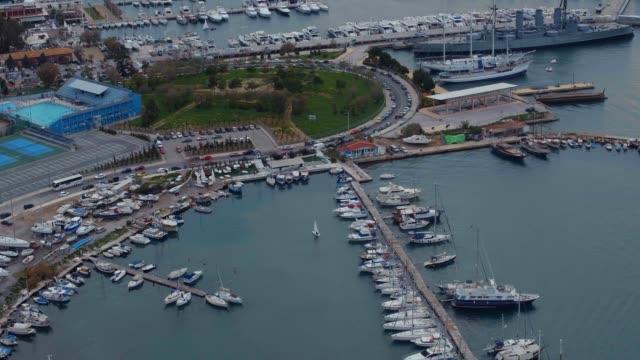vídeos de stock, filmes e b-roll de antena - atenas, grécia, baía de faliro, barcos, parques, esportes locais e iates - ática ática