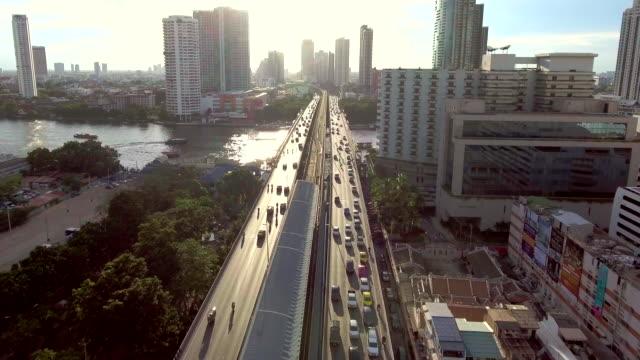 hava bangkok riverside downtown gün batımında - bangkok stok videoları ve detay görüntü çekimi