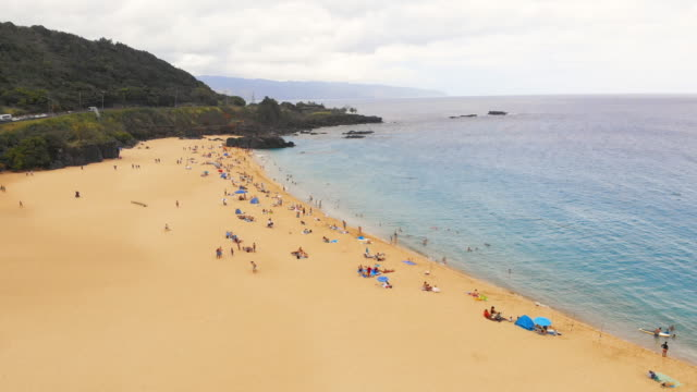 hava beach shoreline geri yağmur damlaile çekin - turizm stok videoları ve detay görüntü çekimi