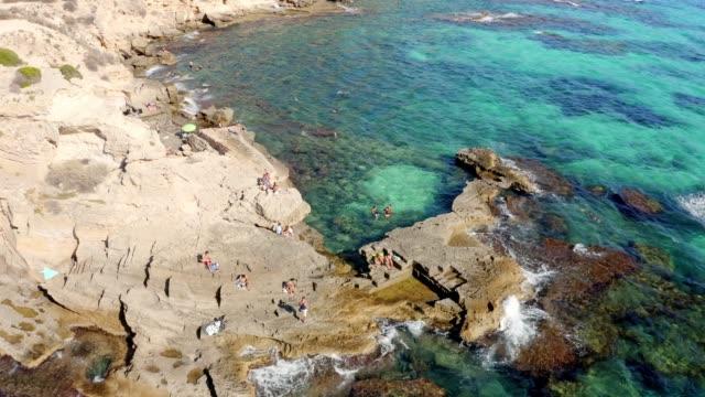 Luftstrandblick auf eine wunderschöne Bucht auf der mittelmeerbalearen Insel Mallorca, Spanien – Video