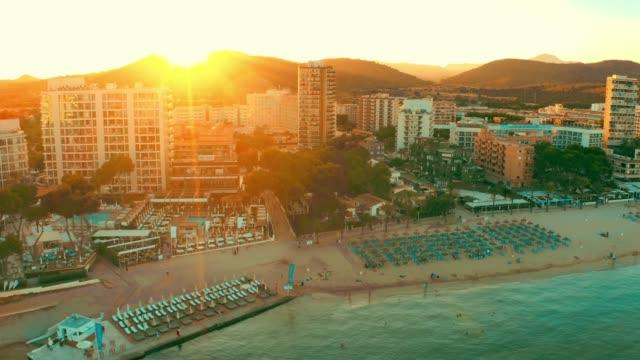 Luftstrandblick auf einen der touristischsten Orte auf Mallorca, Nikki Beach, Magaluf – Video