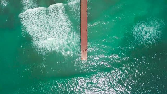 "vídeos de stock, filmes e b-roll de vista aérea de pássaros da bela ponte de madeira ""puente romano"" - marbella - esmeralda"