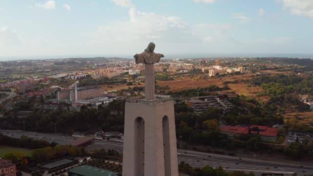 vídeos de stock e filmes b-roll de aerial bird view of sanctuary of christ the king - cristo rei lisboa