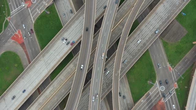 aerial birds eye view rotating over an overpass - estakada skrzyżowanie dróg filmów i materiałów b-roll