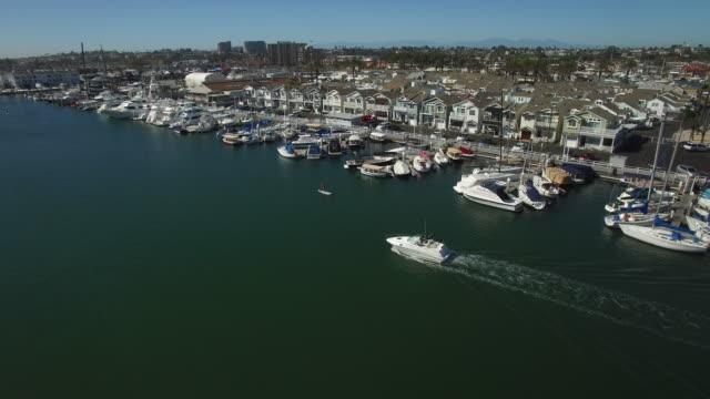 vídeos de stock, filmes e b-roll de rastreamento de barco aéreo - marina