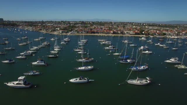 vídeos de stock, filmes e b-roll de aerial barcos no porto de newport - marina