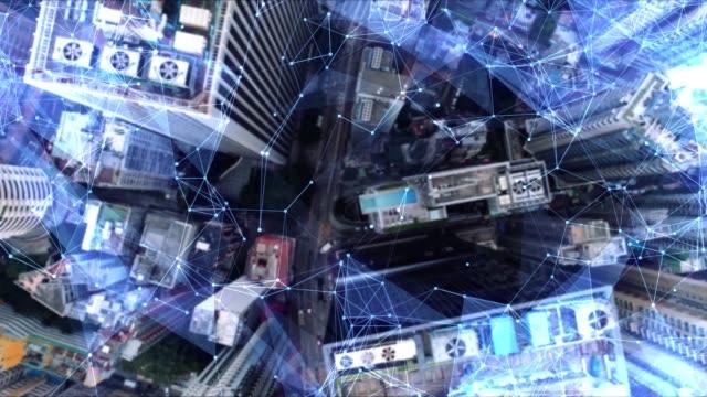 vidéos et rushes de aérienne. caméra se déplaçant autour des bâtiments. concept de réseau de communication sans fil. internet des objets de l'iot. ictinformation communication technology. - transmission
