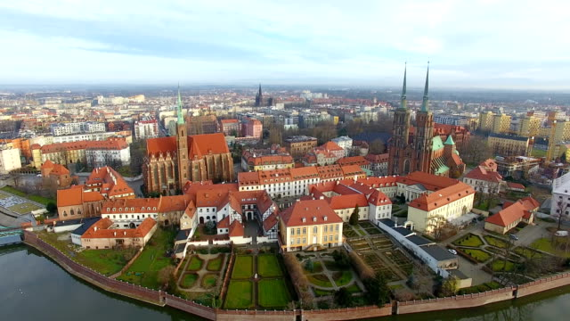 aerial: cathedral island in wroclaw, poland - польша стоковые видео и кадры b-roll