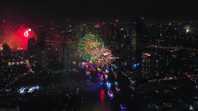 空中祝い都市花火 - 人の居住地点の映像素材/bロール
