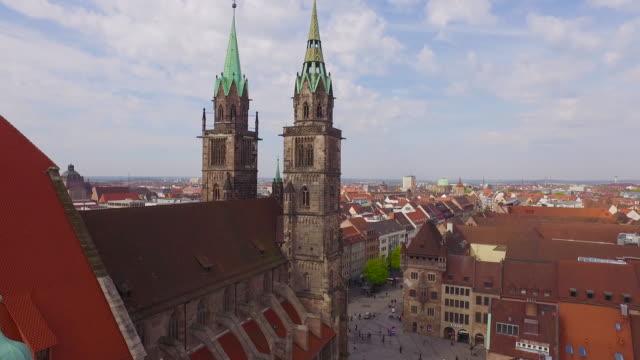 Aerial Kirche mit Nürnberg Stadt im Hintergrund – Video