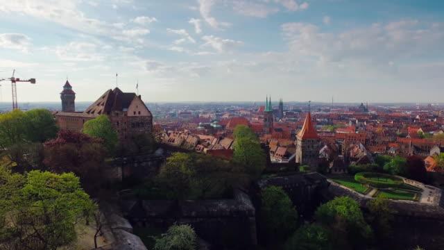 Luftbild Stadt mit einer Burg im Vordergrund während des Fluges auf einem Turm – Video
